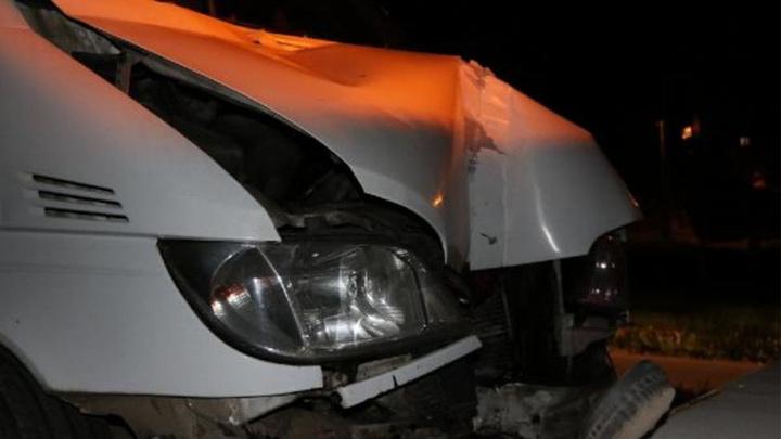 Edirne'de kaçakları taşıyan minibüsün direğe çarpması sonucu 12 kişi yaralandı