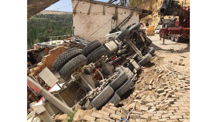 Karaman'da yol çökmesi ile  beton mikseri kullanılmayan evin üzerine devrildi