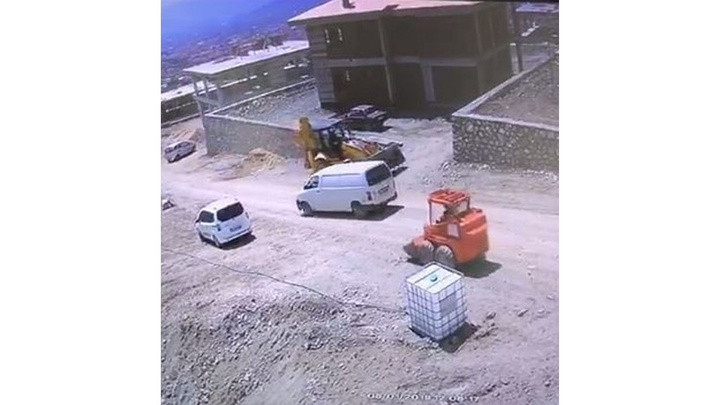 Elazığ'da iş makinesi şarampole yuvarlandı