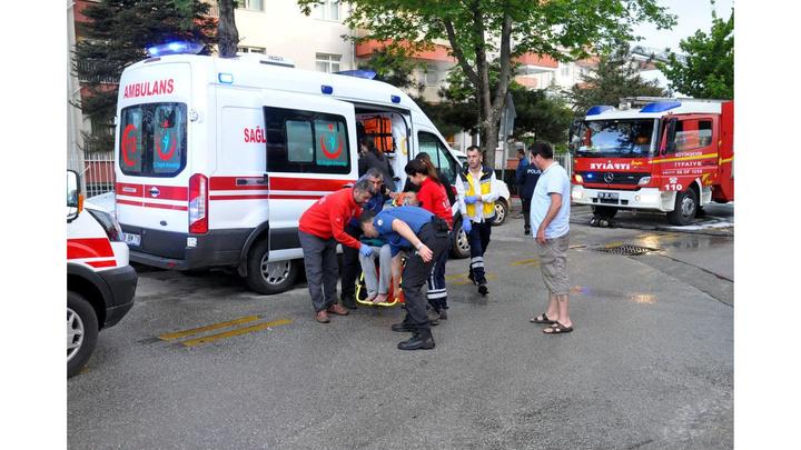 Başkentte yangında mahsur kalan yaşlı çift ve bakıcılarını itfaiye kurtardı