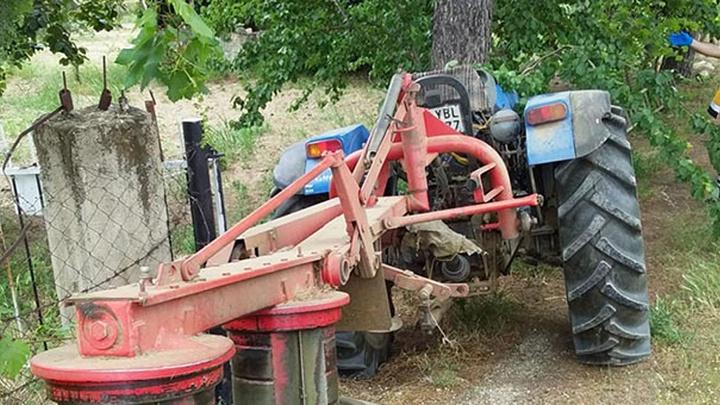 İzmir'de traktörile ağacın arasında sıkışarak öldü