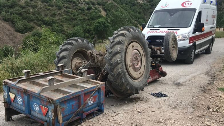 Bayramiç'te devrilen traktörün altında kalan sürücü öldü