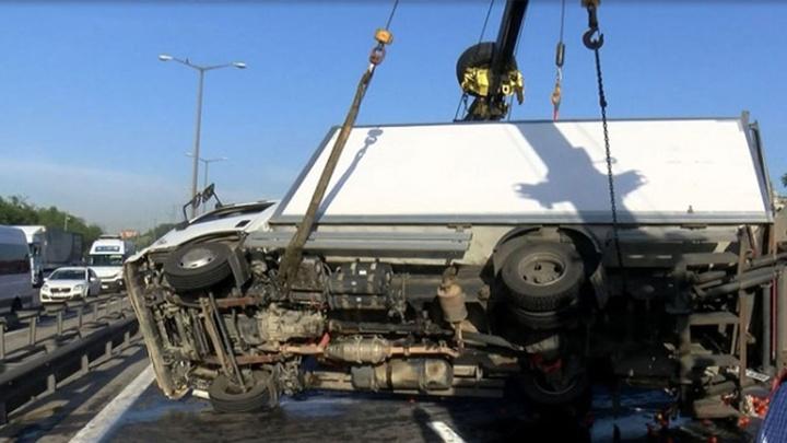 TEM'de kamyonet devrildi, kaza nedeniyle trafik durma noktasına geldi
