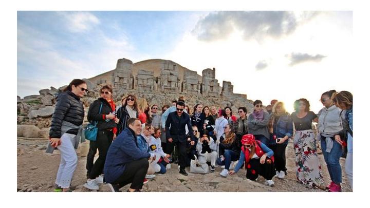 Kültür ve Turizm Bakanı eşi Pervin Ersoy, 40 ünlü ile Nemrut'ta konser eşliğinde gün batımını izledi