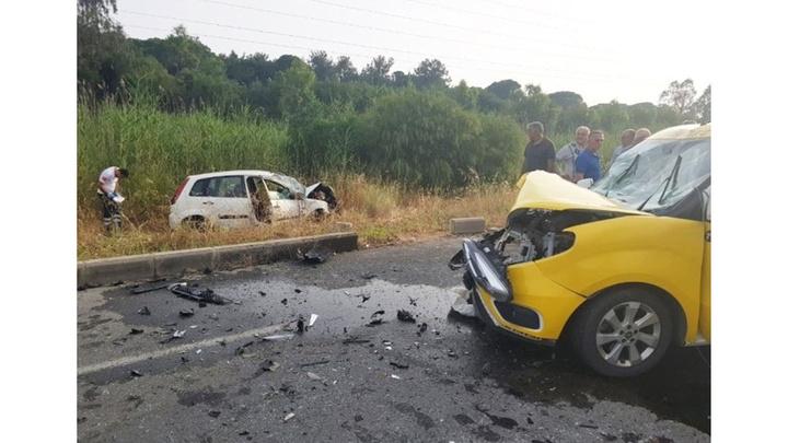 Antalya'da taksi ile otomobil çarpıştığı kazada 2'si turist 4 kişi yaralandı