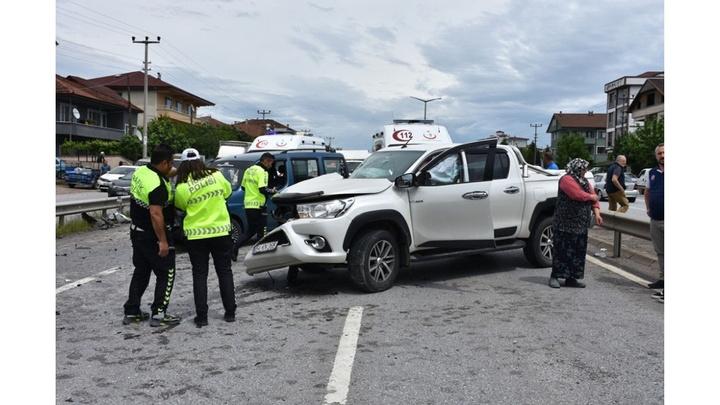Sakarya'da 3 aracın karıştığı zincirleme kaza: 6 yaralı