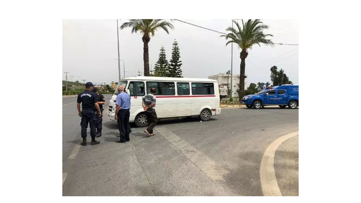 Alanya'da kırmızı ışıkta bekleyen servis minibüsü sürücüsüne pompalı tüfekle ateş açıldı