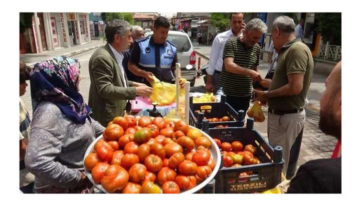 Hatay'da kendisini yakmaya çalışan seyyar satıcının domateslerini  belediye başkanı sattı