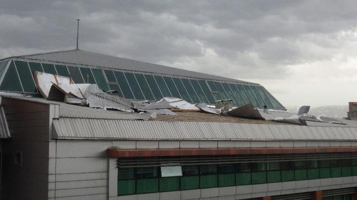 Erzincan'da fırtına çağrı merkezinin çatısını uçurdu