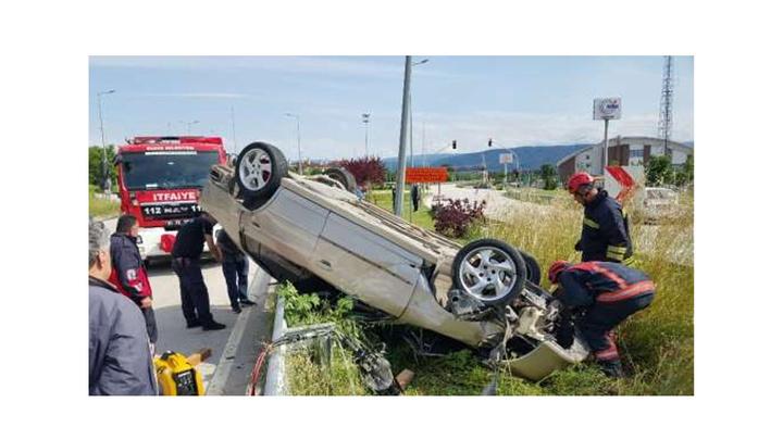 Düzce'de takla atan otomobil ağaca ve elektrik direğine çarparak durdu: 2 yaralı