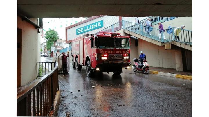 İstanbul'da etkili olan sağanak yağış nedeniyle araçlar alt geçitte mahsur kaldı