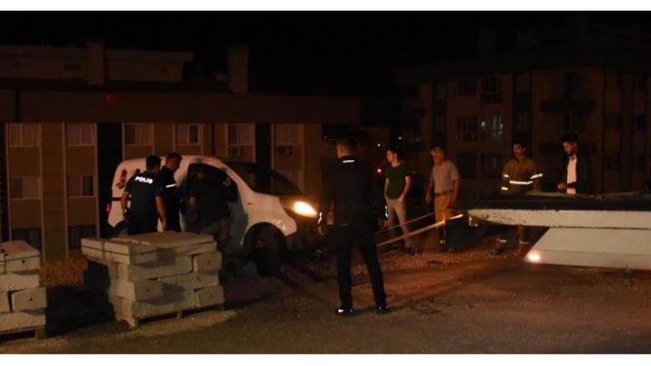 İzmir'de sürücü araçta uyudu, araç hareket edip şarampolde asılı kaldı