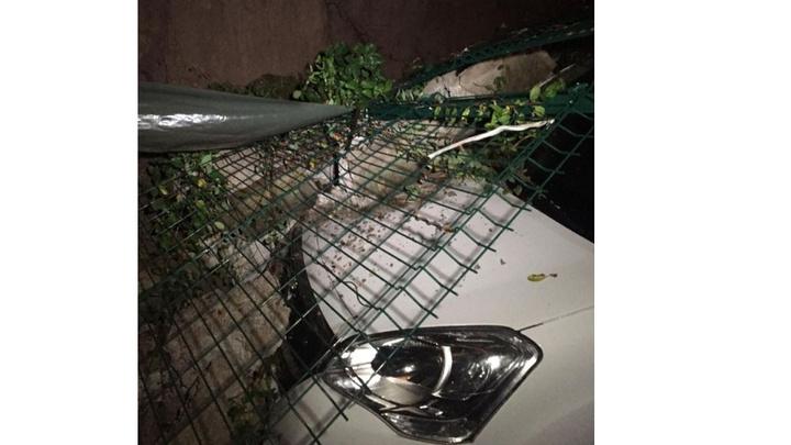Sincan'da yoğun yağış nedeniyle istinat duvarı otomobillerin üzerine çöktü