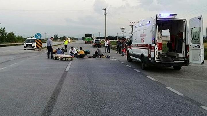 Bursa'da motosikletin kamyona çarptığı kazada motosikletteki  2 kişi yola savruldu