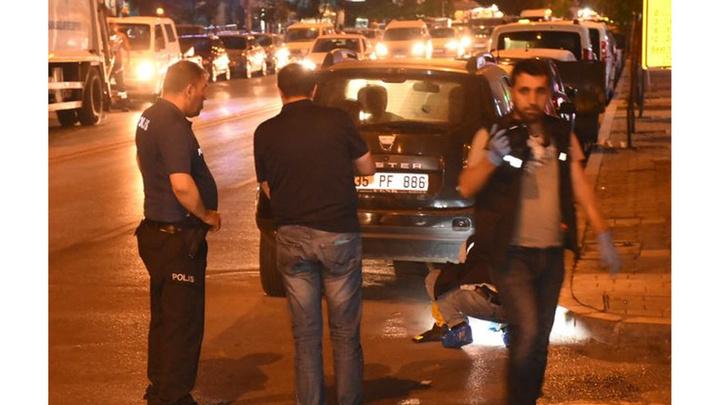 İzmir'de silahlı saldırıya uğrayan baba-oğul yaralandı