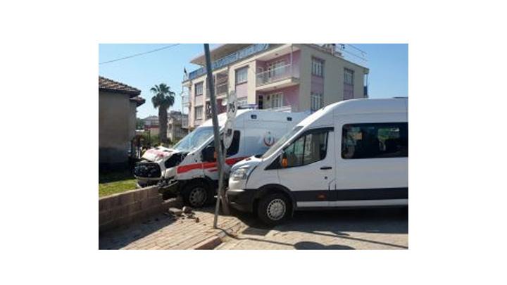 Osmaniye'de ambulans, öğrenci servisi ile çarpıştı