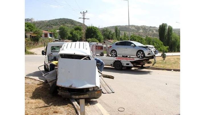 Burdur'da 2 otomobil çarpıştı: 4 yaralı
