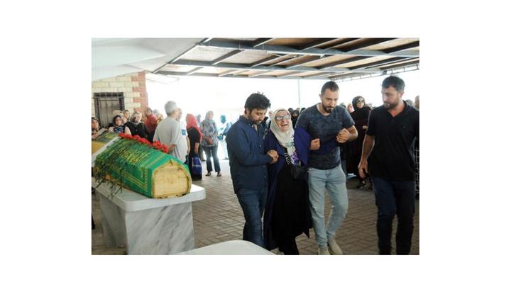 Yalova'da kazada ölen öğretmen annenin cenaze namazında minik oğulları da saf tuttu
