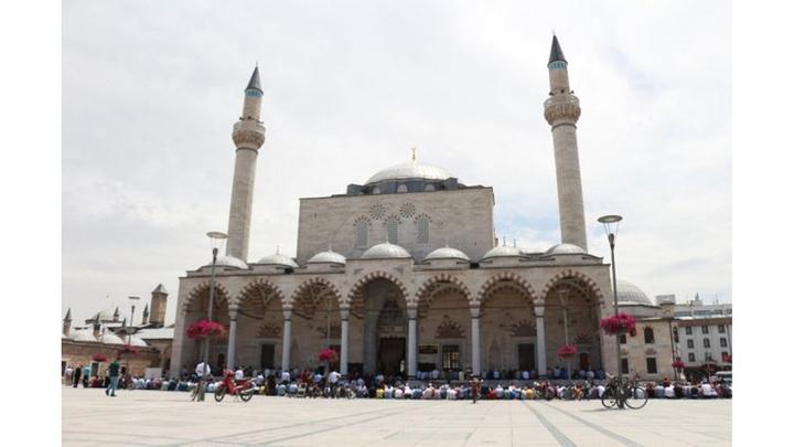 Konya'da Ramazan'ın son cuma gününde vatandaşlar camilere akın etti