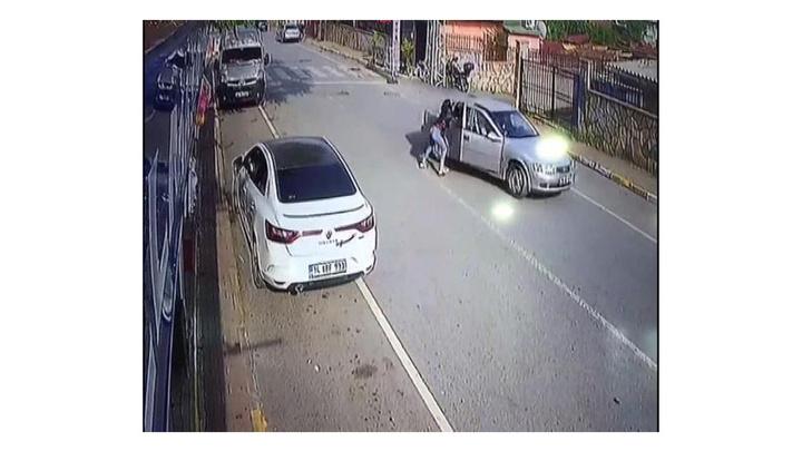 Sultangazi'de bir sürücü dövdüğü nişanlısını seyir halindeki otomobilden attı