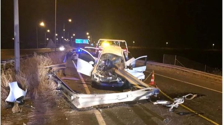 Şanlıurfa'da refüjdeki bariyere çarpan otomobildeki 1 kişi öldü, 2 kişi yaralandı