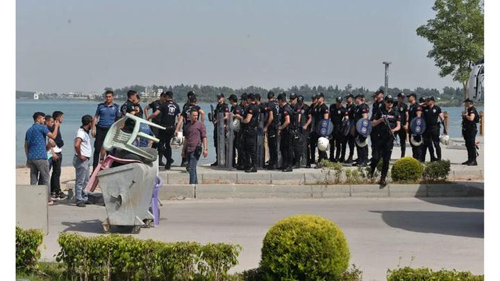 Adana'da tezgahlarını kaldırmak istemeyen bici bici satıcıları kendilerini yakmak istedi