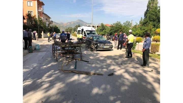 Isparta'da otomobille at arabası çarpıştı: 1'i ağır 2 yaralı