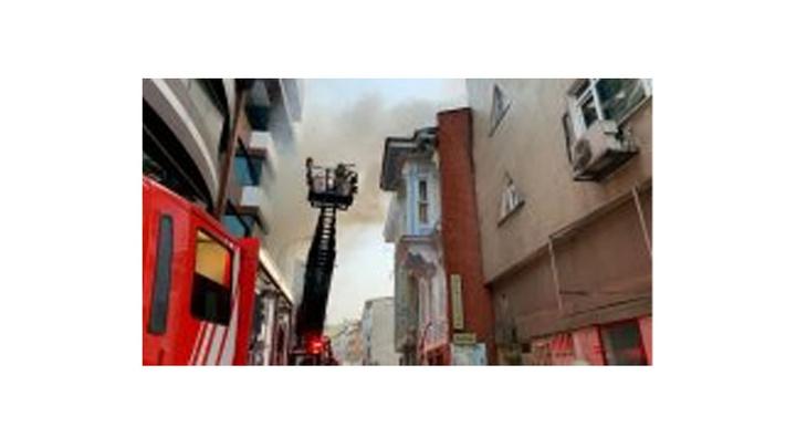 Kadıköy'de üç katlı ahşap binada yangın çıktı