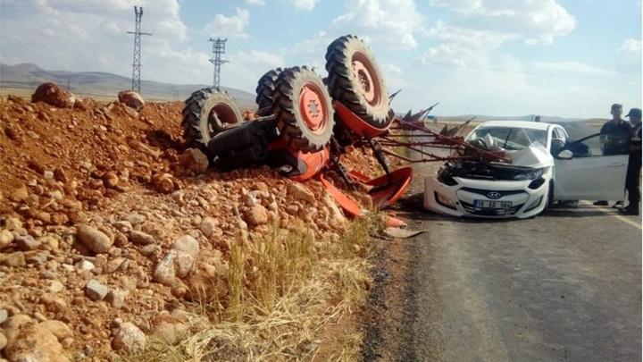 Konya'da otomobil ile traktörün çarpıştığı kazada  2 kişi yaralandı