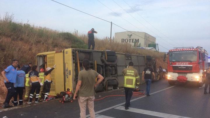 Bandırma'da tur otobüsü ile otomobilin çarpıştığı kazada 4 ölü, 35 yaralı