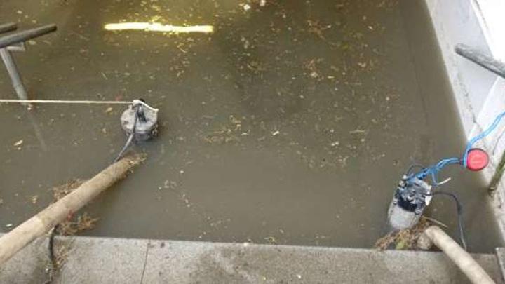 Pendik'te etkili olan sağanak, yaya alt geçidinde su baskınına neden oldu