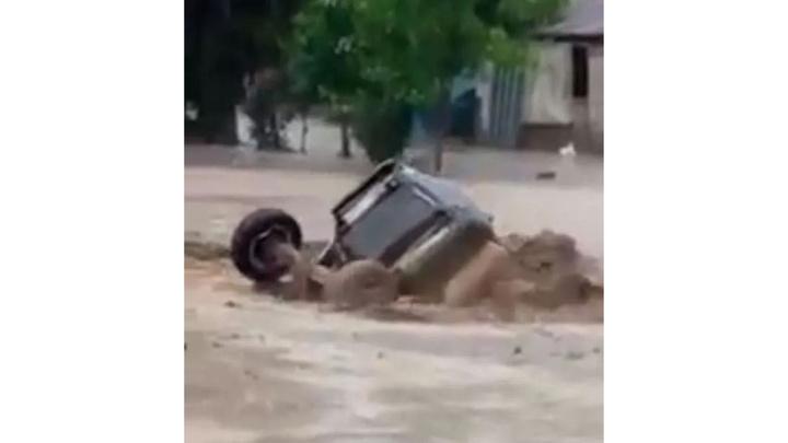 Acıpayam'da sel, otomobil ve traktörü sürükledi