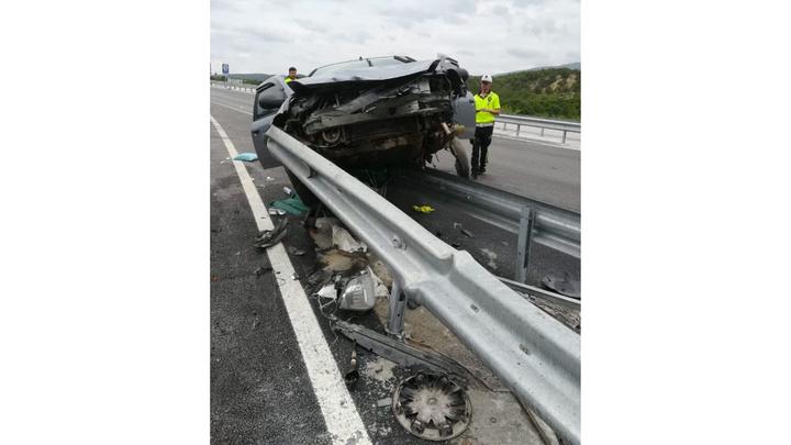 Çorum'da otomobil bariyere çarptığı kazada 3 kişi yaralandı