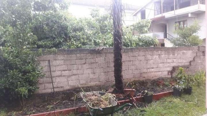 Akyazı'da cadde üzerindeki evin bahçesine yıldırım düştü
