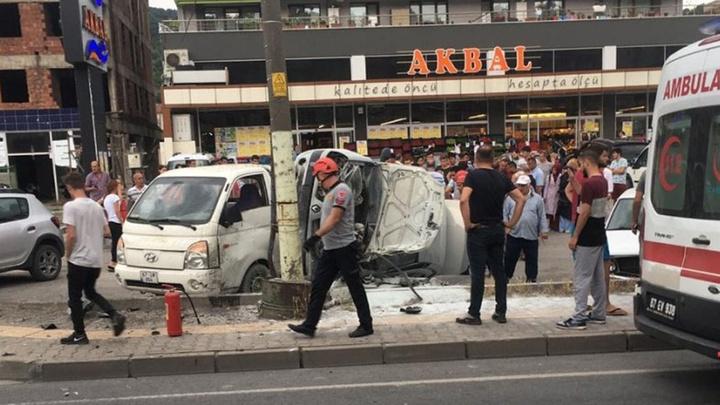 Zonguldak'ta direksiyon başında fenalaşan sürücü elektrik direğine çarptı