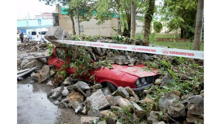 Elazığ'da kuvvetli yağış nedeniyle istinat duvarını yıkıldı, 7 araç zarar gördü
