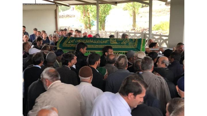 Sivas'ta aniden bastıran yağmur nedeniyle cenaze camide mahsur kaldı