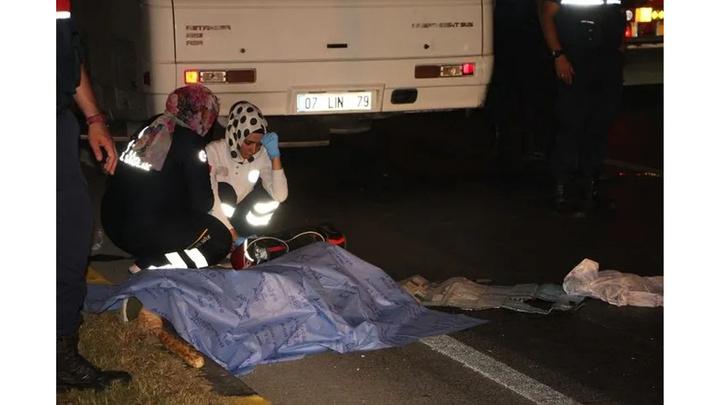 Manavgat'ta kırmızı ışıkta geçen tur otobüsü motosiklet sürücüsünü ezdi