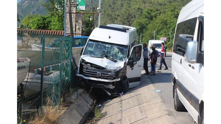 Marmaris'te tur minibüsü ile TIR çarpıştı:  17 yaralı