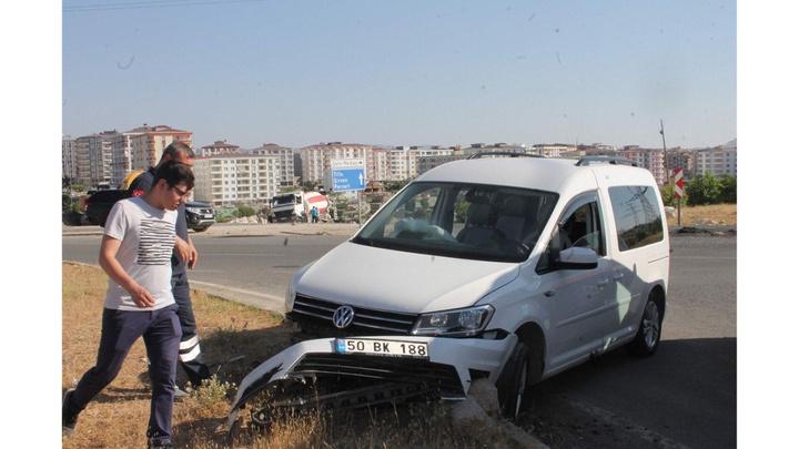 Siirt'te otomobilin refüje çarpması ile 3 kişi yaralandı