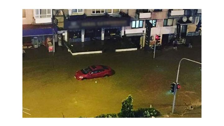 Trabzon'da etkili olan sağanak yolları göle çevirdi
