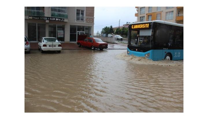 Sivas'ta şiddetli yağış nedeniyle caddeler göle döndü