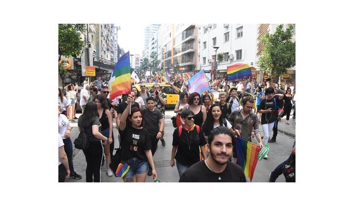 İzmir Valiliği'nin yasağına rağmen yürüyüş yapan LGBTİ'lilere polis müdahale etti