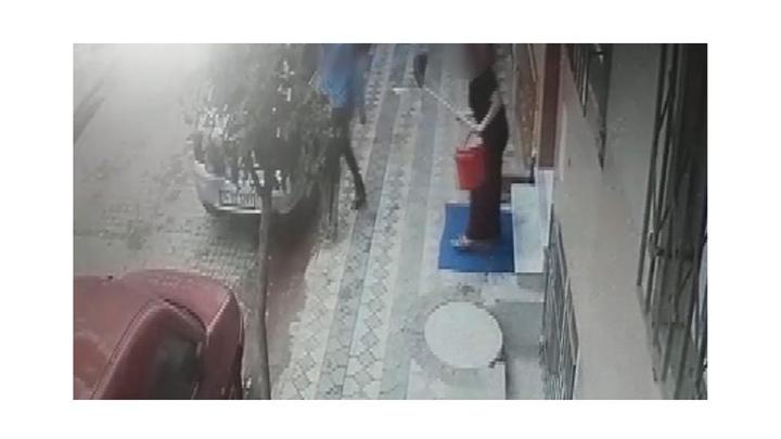 Sultangazi'de apartman merdivenlerini temizleyen kadına taciz
