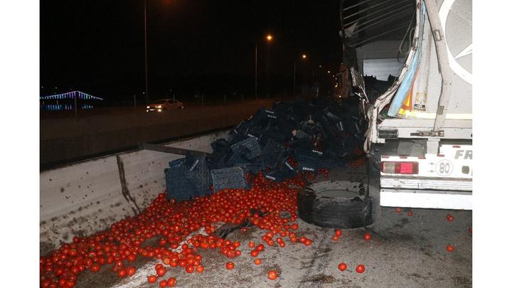 Adana'da domates yüklü TIR devrildi, domatesler kafenin üzerine döküldü