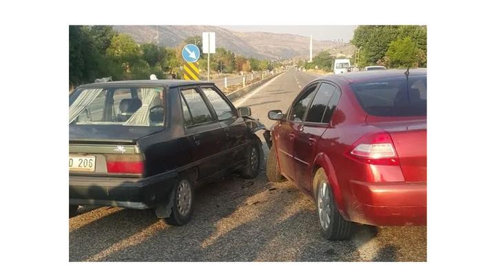 Adıyamanda iki otomobil çarpıştığı kazada 5 kişi yaralandı