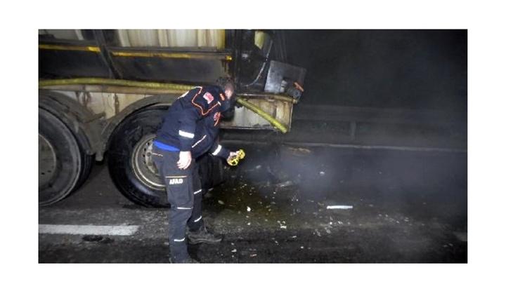 Kaza sonrası yola sızan kimyasal madde nedeniyle Bolu Dağı çift yönlü trafiğe kapandı