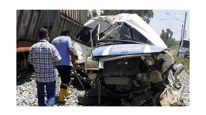 Mersin'de yük treni ile minibüs çarpıştı: 1 ölü, 4 yaralı