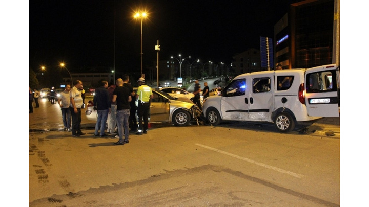 Karaman'da otomobilin sivil polis aracına çarptığı kazada  2 polis yaralandı