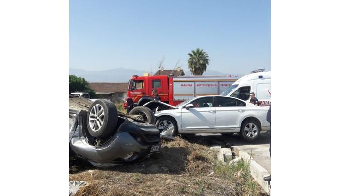 Manisa'da 2 otomobil çarpıştığı kazada 4 kişi yaralandı